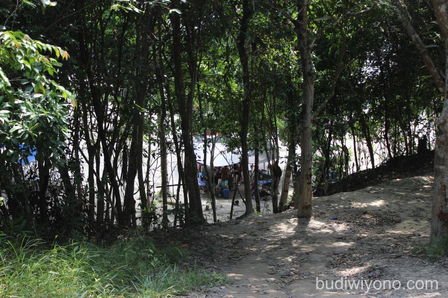 Bukit Berbukit di Tepi Pantai