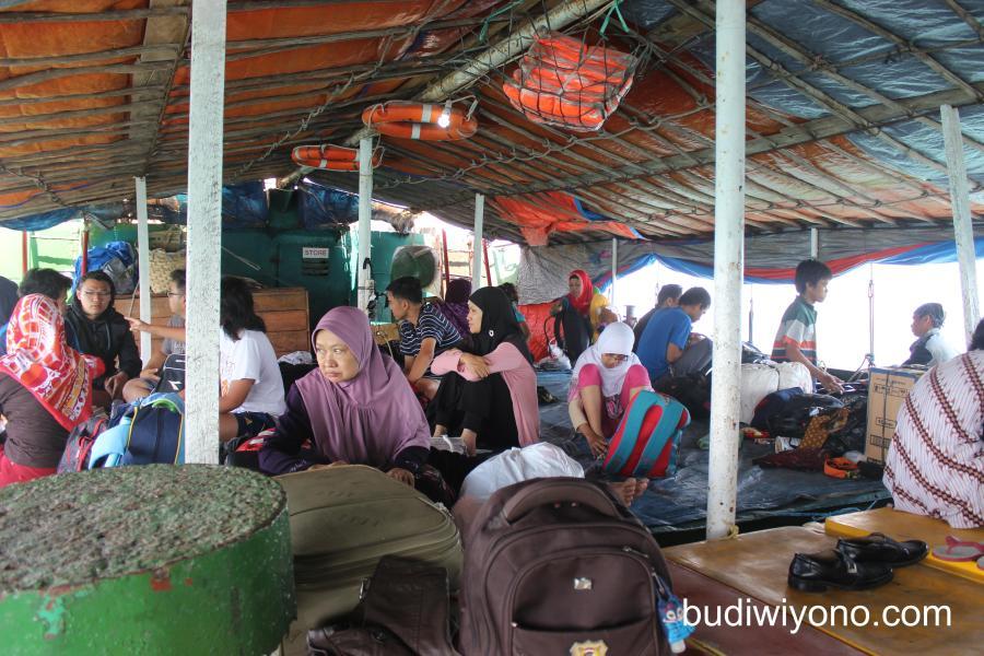 Penyeberangan Keluar Karimunjawa ke Semarang dengan Kapal Perintis. Saat itu Syahbandar Jepara tidak memberi ijin Kapal cepat masuk Jepara.